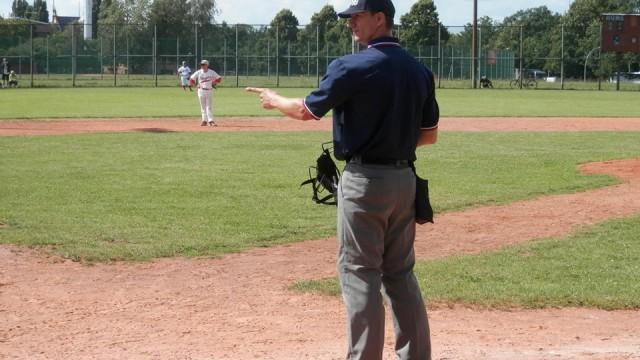 Umpire Nico Lissina
